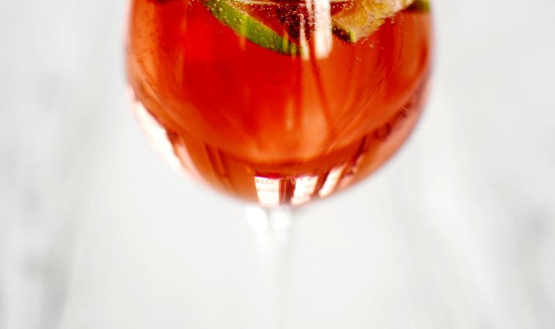 Herkullinen alkoholiton mansikka-lime -drinkki