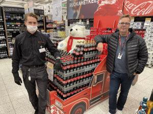 Juomaosastovastaava Otso-Matti Ollila ja SInebrychoffin myyntiedustaja Kaj Sneitz Cokis-rekkaa ihastelemassa K-Citymarket Eastonissa.